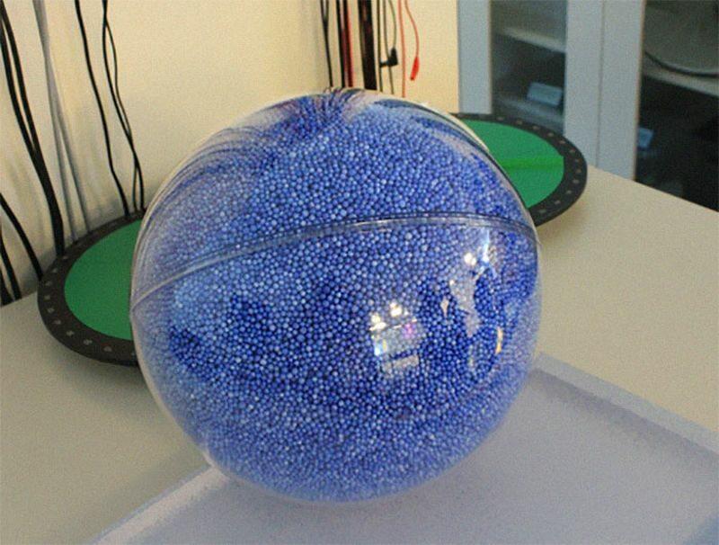 Tyle razy Ziemia (niebieskie kulki) mieści się w Słońcu (przezroczysta sfera)