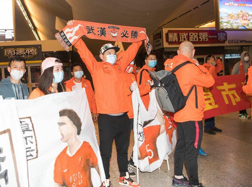 """Przyjazd drużyny piłkarskiej po """"odmrożeniu"""" Wuhan, 18 kwietnia 2020 r."""