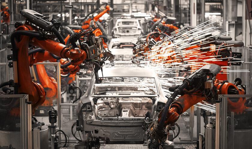 Taśma produkcyjna w fabryce samochodów