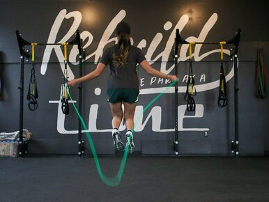 Skakanie na skakance – proste ćwiczenie, które rewelacyjne wpływa na figurę