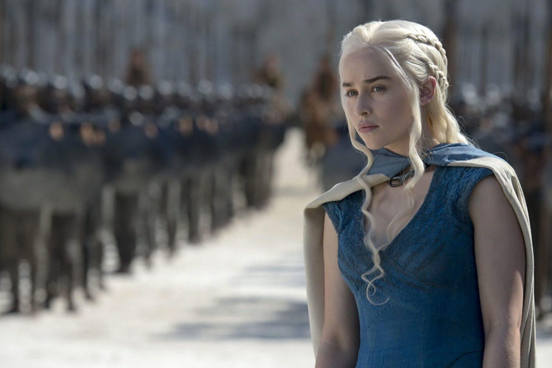 """Emilia Clarke w serialu """"Gra o tron"""" (2011)"""