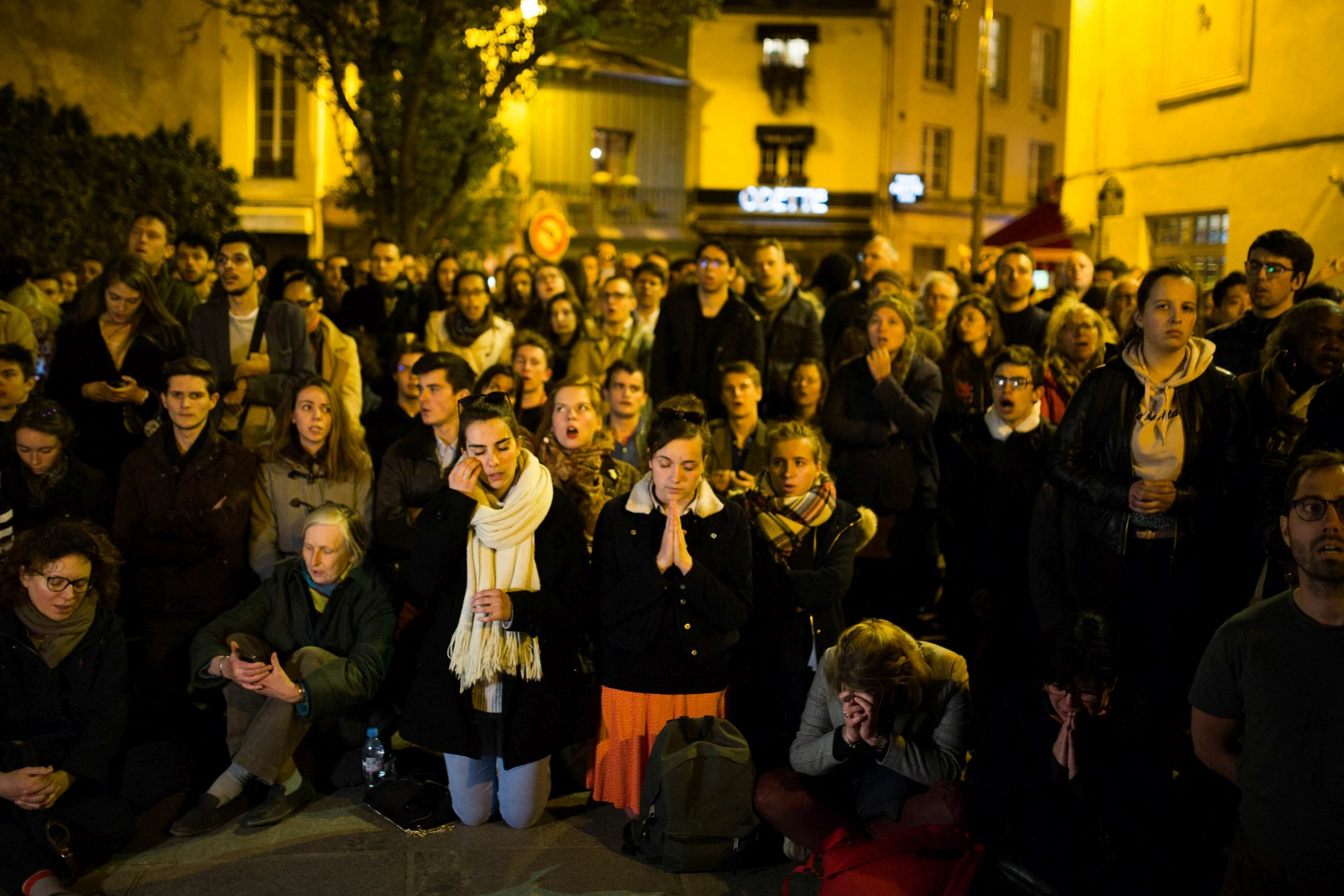 Ludzie modlący się przed katedrą Notre Dame