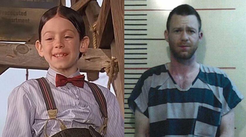 """Brandon """"Bug"""" Hall jako Alfalfa w filmie """"Klub urwisów"""" i po zatrzymaniu"""