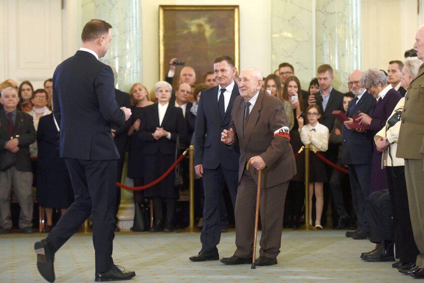 Prezydent podczas odznaczania zasłużonych dla niepodległości Polski