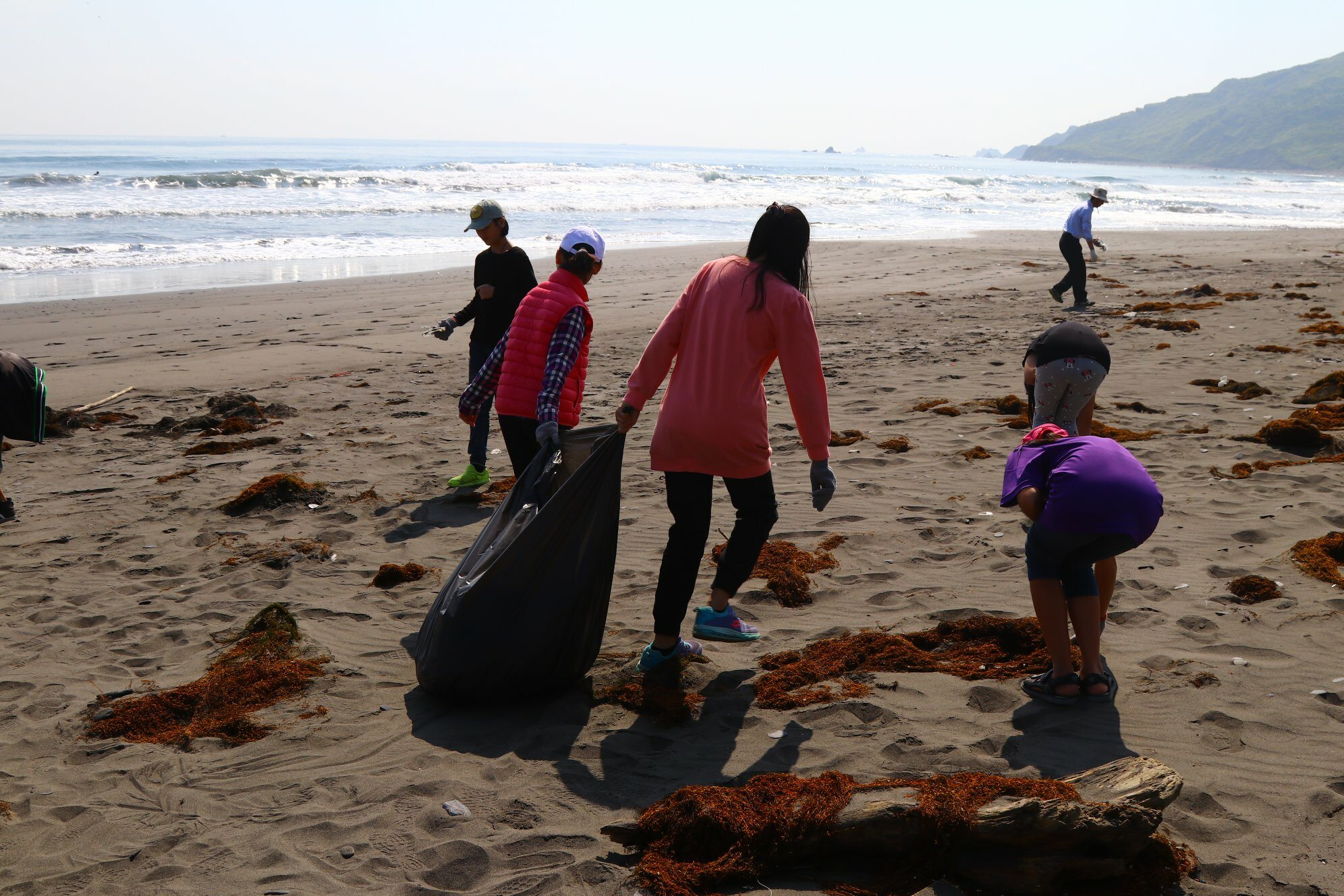 Uczniowie sprzątający plażę