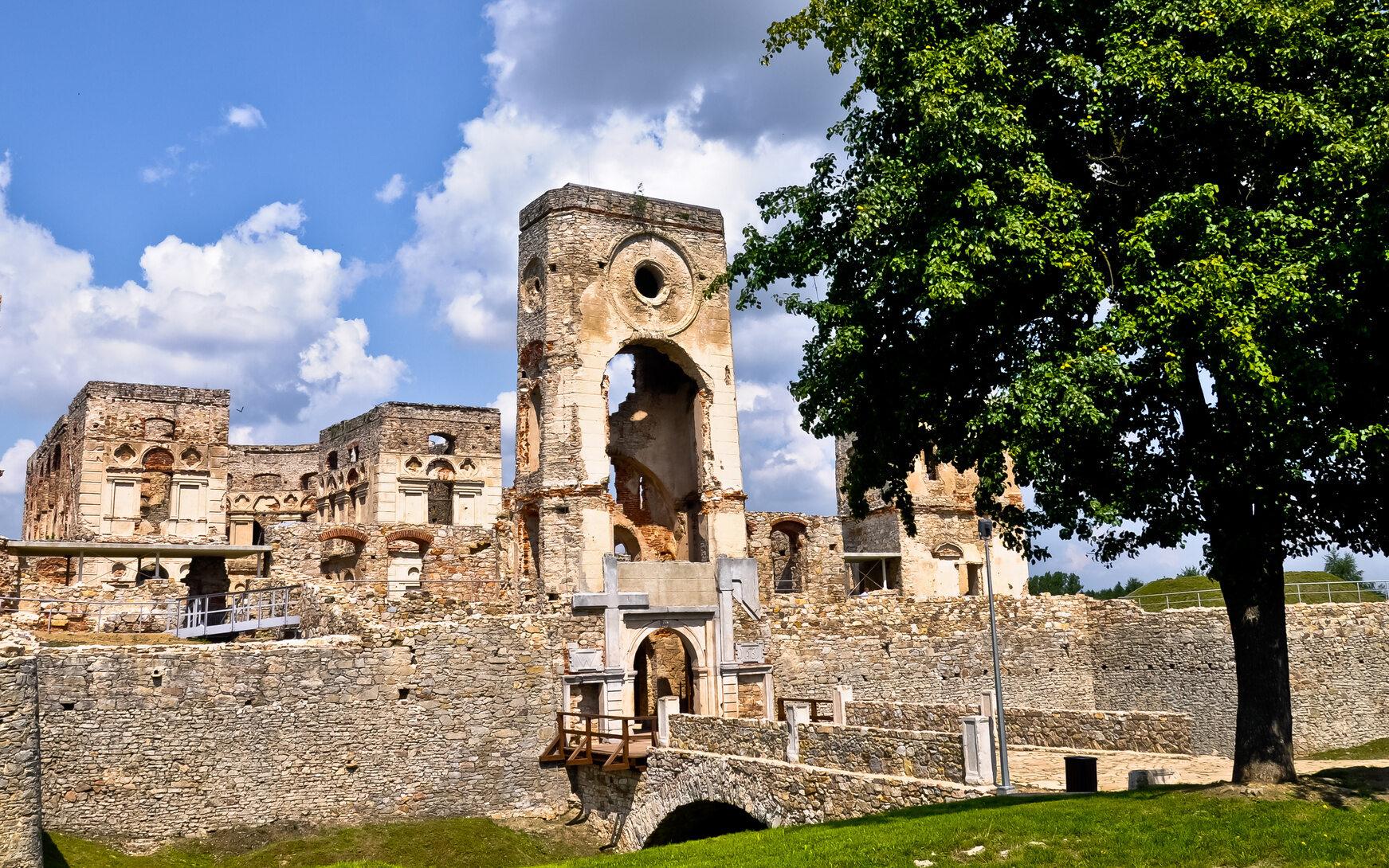 Krzyżtopór, Polska Zbudowany w XVII wieku w miejscowości Ujazd w województwie świętokrzyskim. Do czasu powstania Wersalu była to największa rezydencja pałacowa w Europie. Zamek został zniszczony i rozgrabiony przez wojska szwedzkie. Ostatecznie porzucony został w 1787 roku.