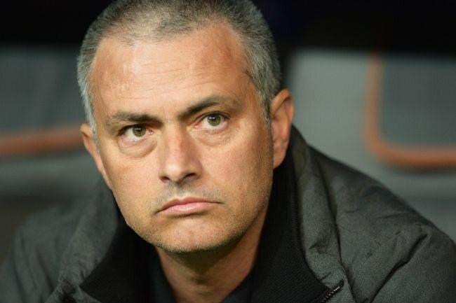 Jose Mourinho po pierwszych 20 minutach meczu nie miał powodów do radości  (fot. EPA/PETER KNEFFEL/PAP)