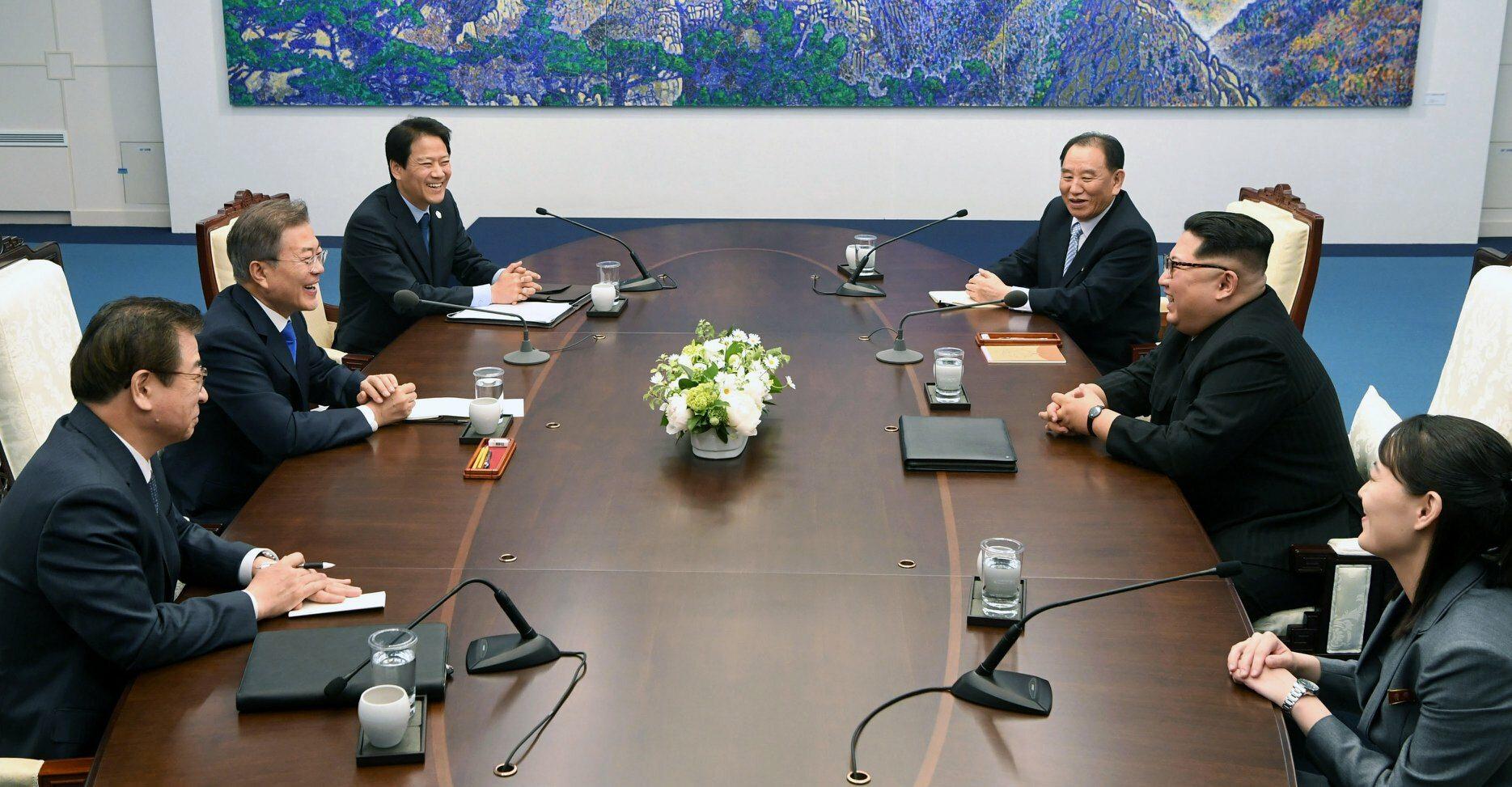 Rozmowy delegacji z Korei Południowej i Korei Północnej. Po stronie Korei Południowej (od lewej) siedzą: Suh Hoon - Szef Agencji Wywiadu, Prezydent Moon Dzae In, Im Dzong-Suk, szef gabinetu prezydenta.Po stronie Korei Północnej siedzą: Kim Jo Dzong, Kim Dzong Un, Kim Dzong Chol, szef sztabu Armii Koreańskiej