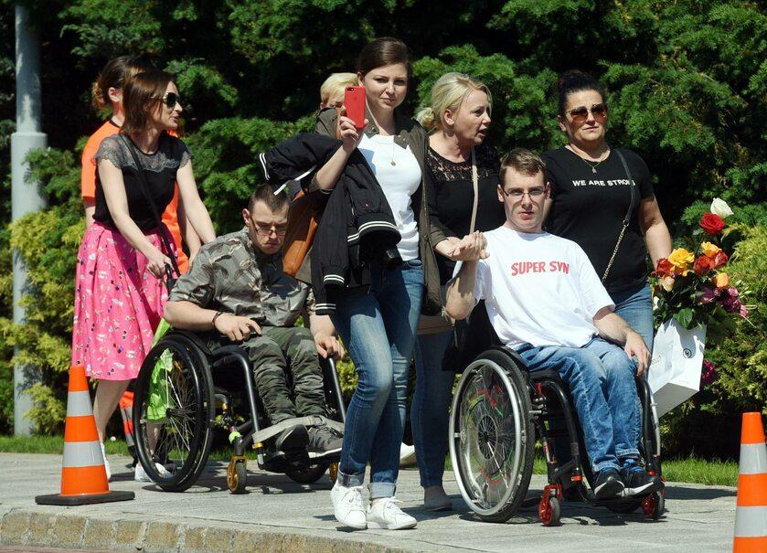 Opiekunowie osób niepełnosprawnych i ich podopieczni opuszczają Sejm