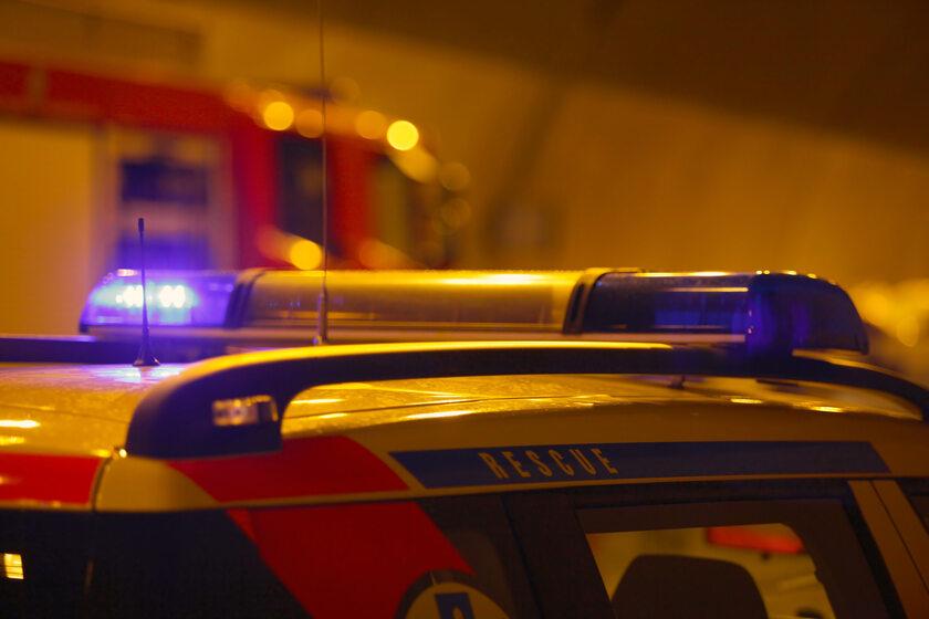 ambulans, w tle wóz strażacki (zdj. ilustracyjne)