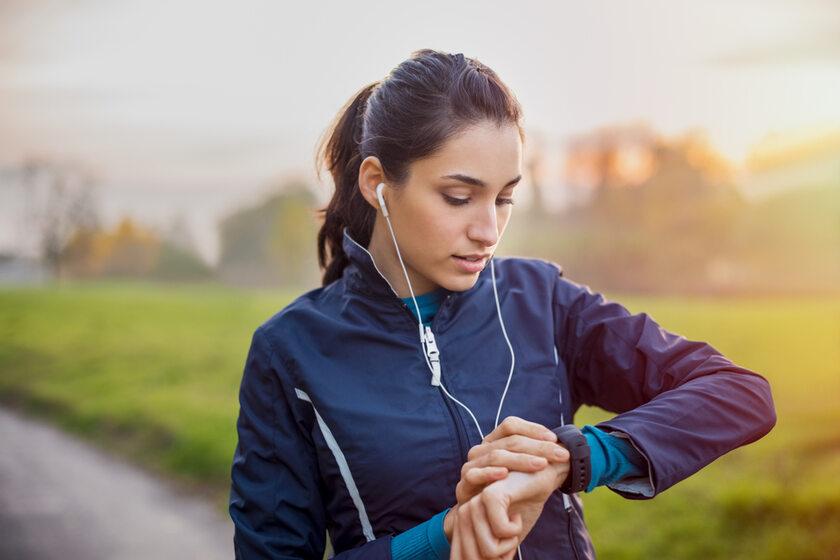 Biegaczka ze smartwatchem