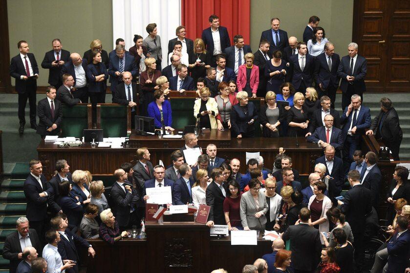 Posłowie opozycji zablokowali mównicę
