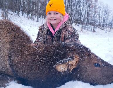 """8-latka zastrzeliła łosia. Później pozowała do zdjęć ze """"zdobyczą"""""""