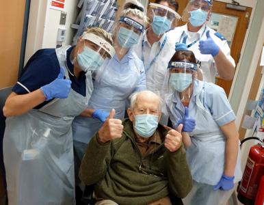101-latek pokonał koronawirusa. Zdjęcie staruszka podbiło sieć