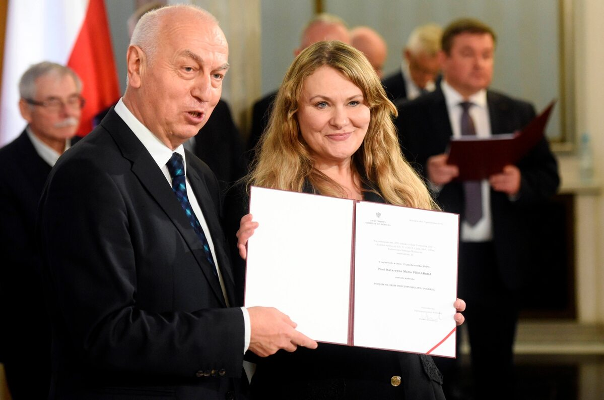Katarzyna Piekarska odbiera zaświadczenie o wyborze na posła