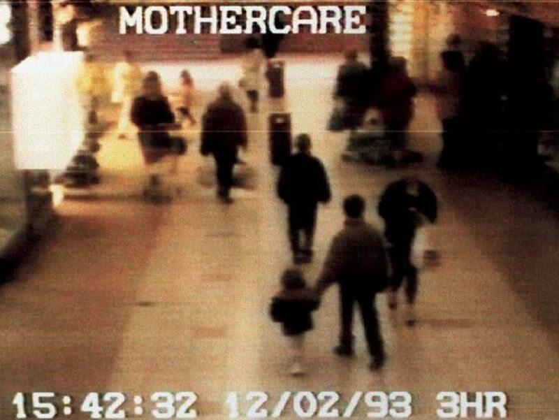 Jedno z ostatnich zdjęć Jamesa Bulgera z kamery monitoringu w supermarkecie