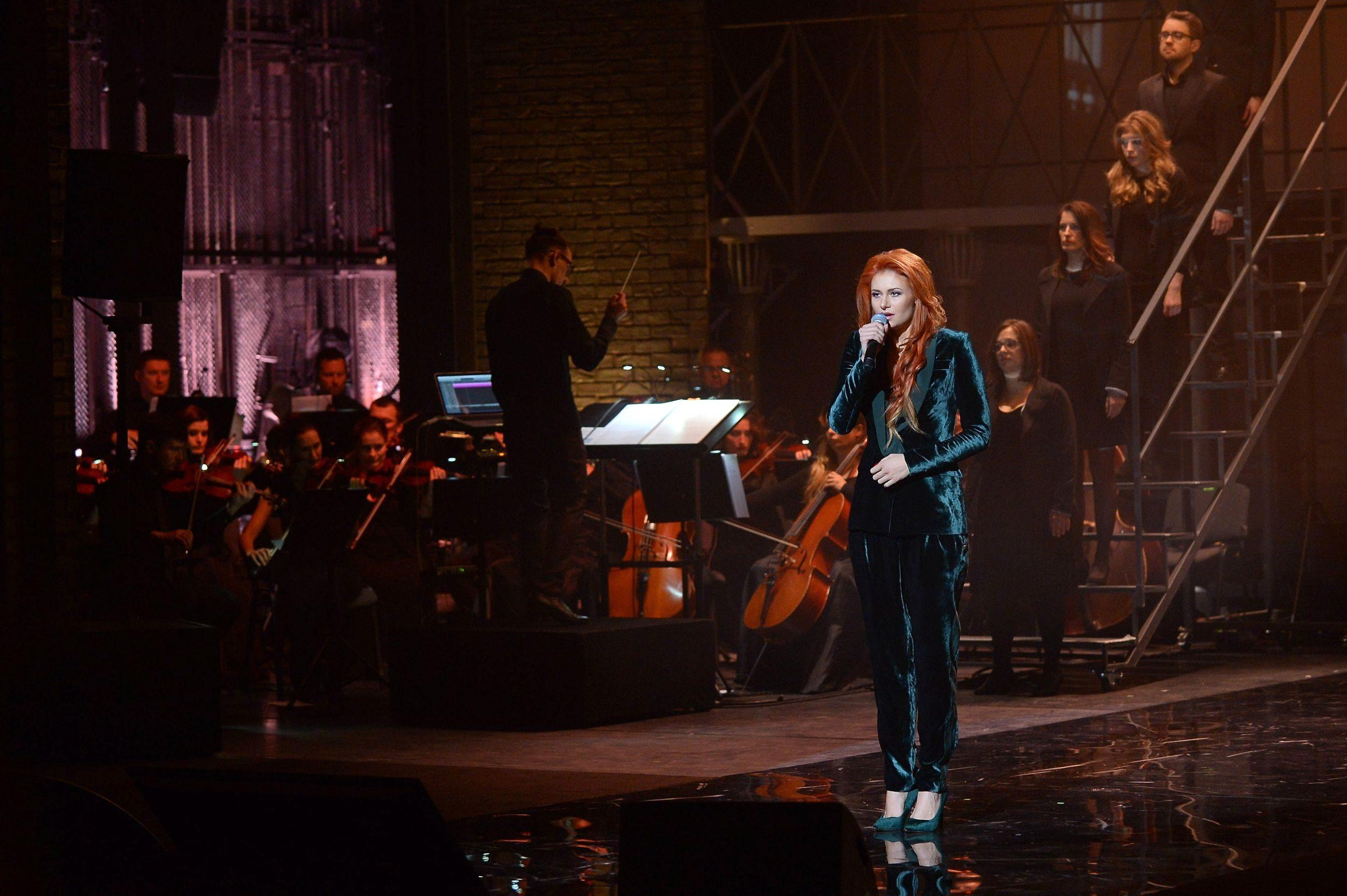 """Koncert """"Gintrowski – a jednak coś po nas zostanie"""" Na scenie Ola Gintrowska."""