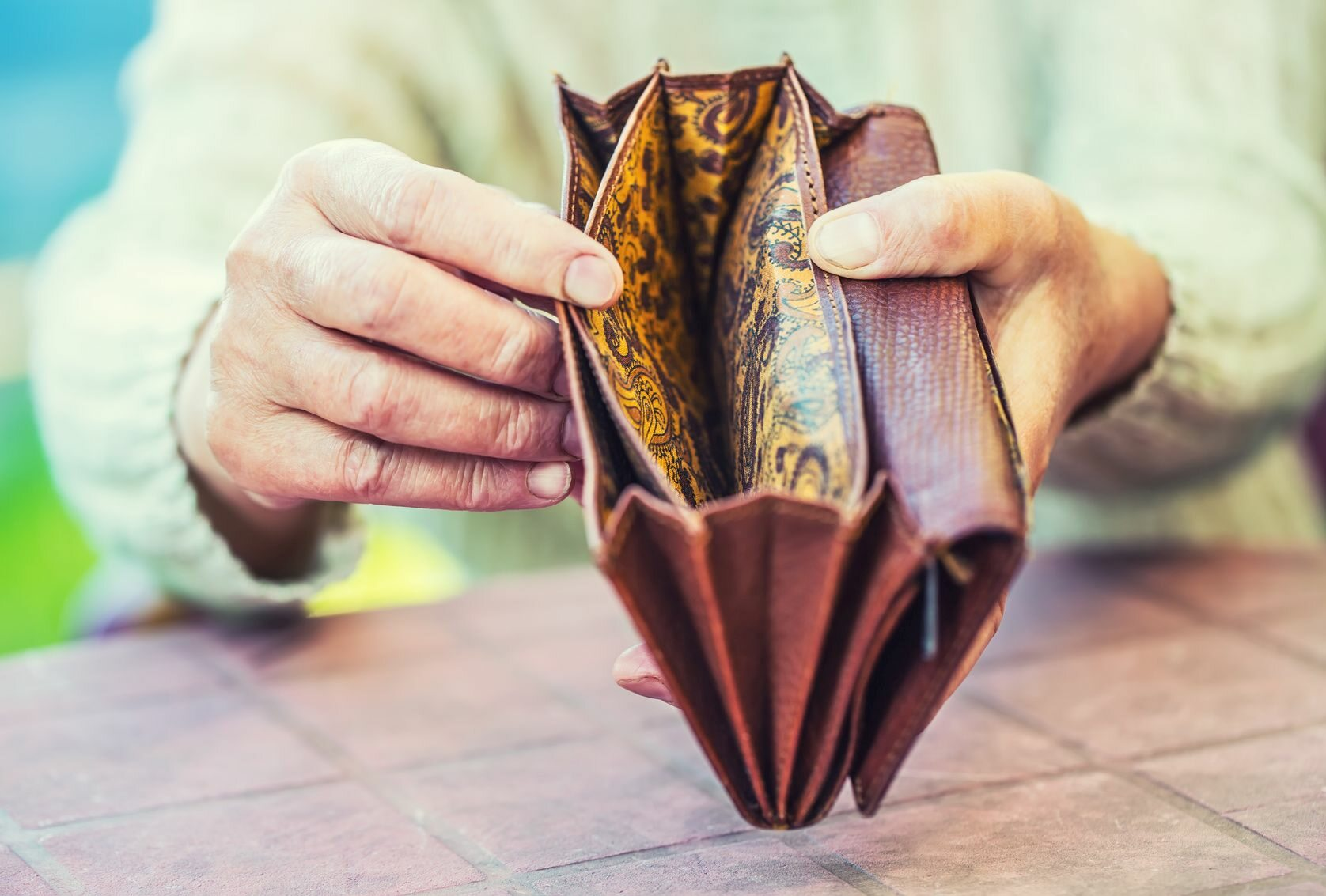 Emerytka z portfelem w rękach