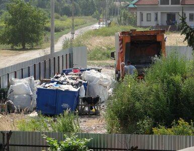 Ciche osiedle ze składowiskiem śmieci za płotem