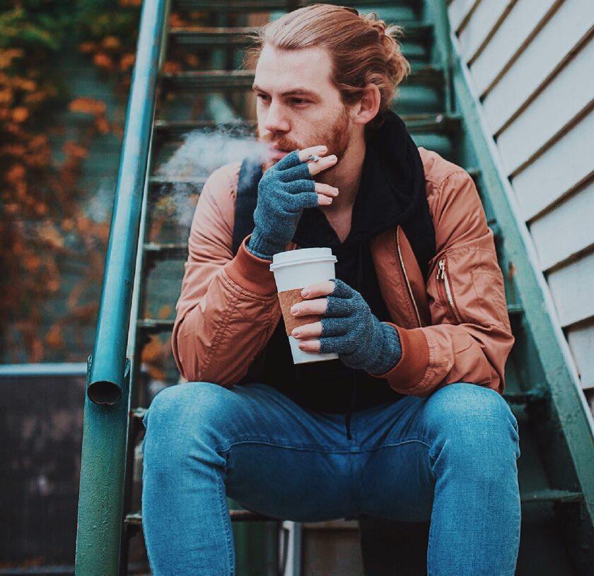 Mężczyzna z papierosem, zdj. ilustracyjne